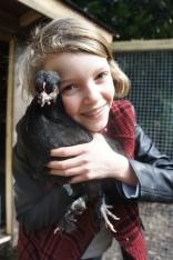 Mathilde avec sa poule